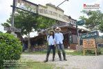 จิบกาแฟ  ใส่ชุดคาวบอย  ที่ร้านกาแฟบ้านโคบาล